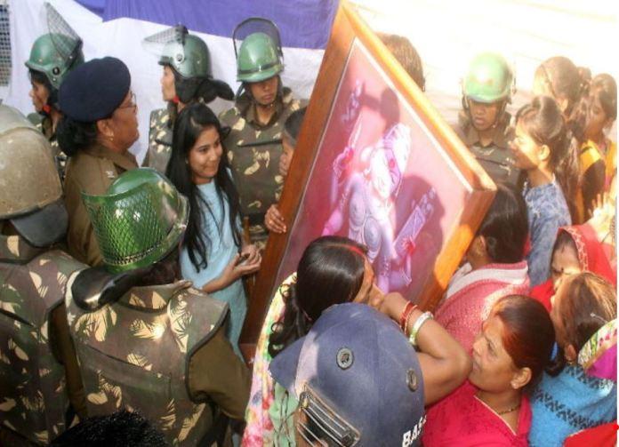 धार के भोजशाला में नमाज के बाद महिलाओं को पूजा करने से प्रशासन ने रोका
