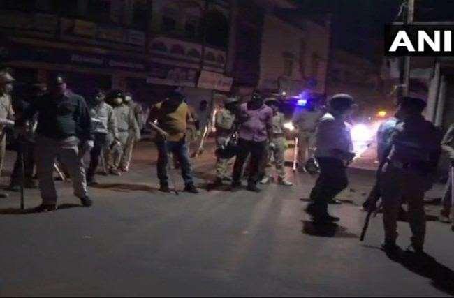 असम और गोधरा में पुलिस पर पथराव