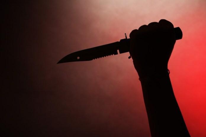 चाकू से हमला