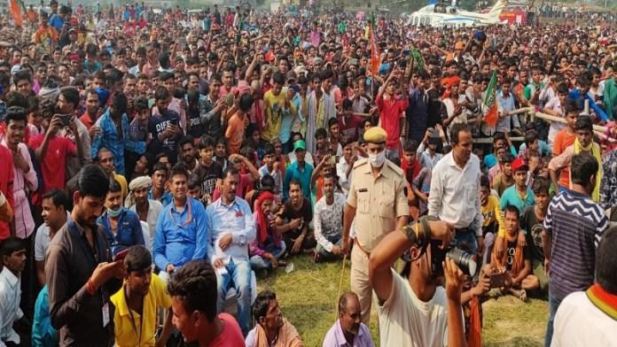 बिहार में एक चुनावी सभा के दौरान जुटी जनता