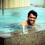 एमएस धोनी स्विमिंग पूल मै