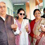 महेंद्र सिंह धोनी माता-पिता और पत्नी के साथ