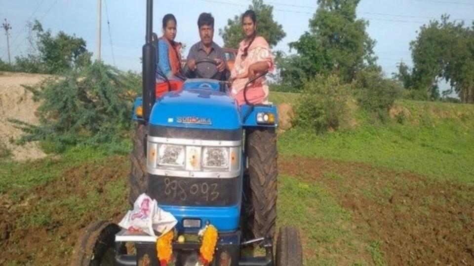 किसान बेटियों से जुतवा रहा था खेत, गरीबों के मसीहा सोनू सूद ने देखा तो घर भेजवा दिया टैक्टर