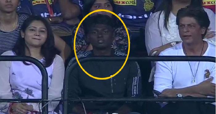 कौन है शाहरुख खान के बगल में बैठा ये लड़का? जानकर नहीं होगा यकीन