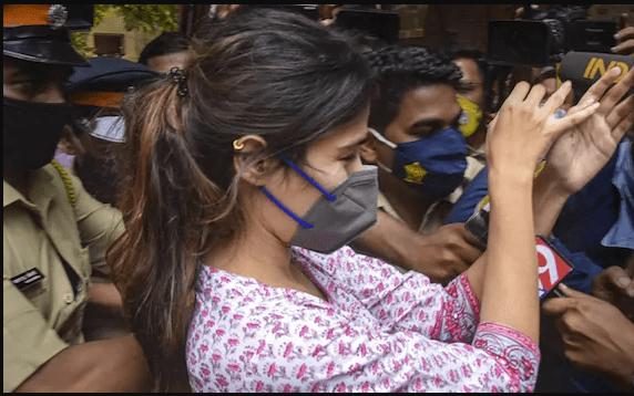 रिया चक्रवर्ती की टीशर्ट पर लिखे शब्दों ने आकर्षित किया सबका ध्यान, तस्वीरें हो रही है वायरल