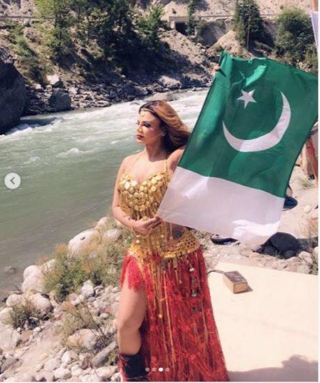 फैक्ट चेक : राखी सावंत ने पाकिस्तानी झंडे के साथ कराया फोटो शूट, जाने क्या है सच्चाई