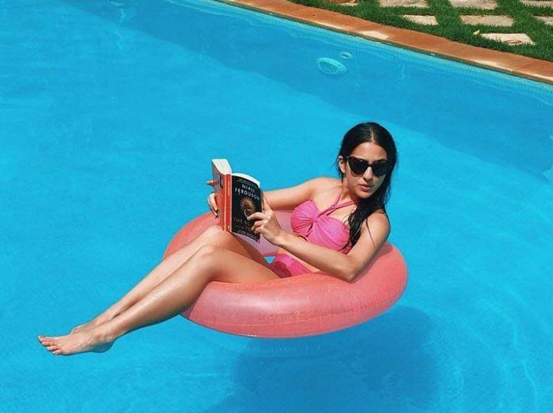 पिंक बिकिनी में स्विमिंग पूल में नजर आईं सारा अली खान, देखें तस्वीरें