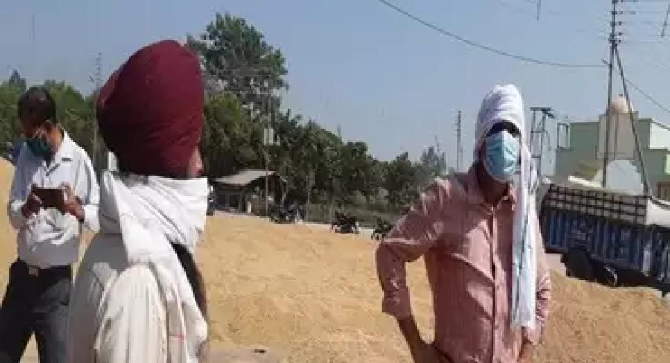 धान बेचने किसान के वेश में केंद्र पर पहुंचे डीएम, मिली थी शिकायत