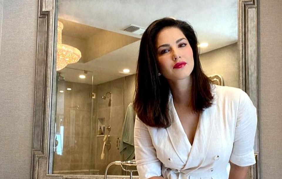 पिंक लिपस्टिक लगाकर बाथटब में पहुंची सनी लियोन, देखें हॉट तस्वीरें