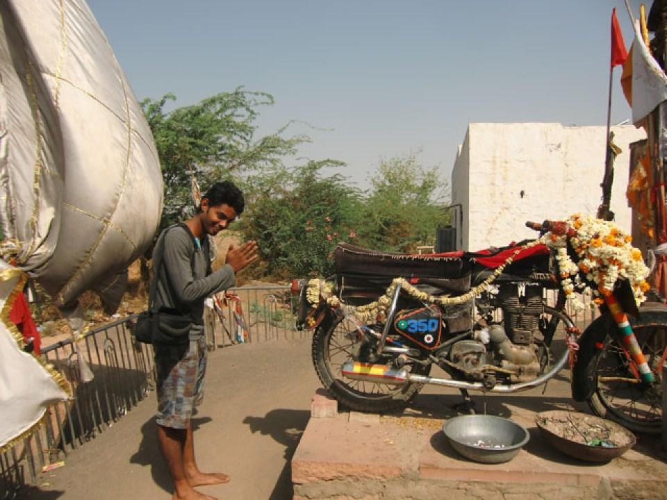 राजस्थान में होती है इस रहस्यमयी बुलेट की पूजा, नहीं किया तो होता है ये नुकसान