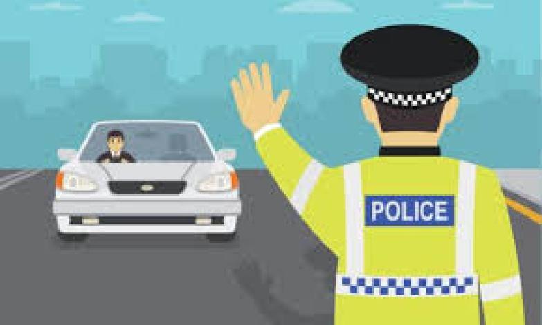 दिल्ली की सड़क पर दिखा ये दिल दहला देने वाला वीडियो, 500 मीटर तक चलती कार के बोनट पर लटका रहा पुलिसकर्मी, देखें Video