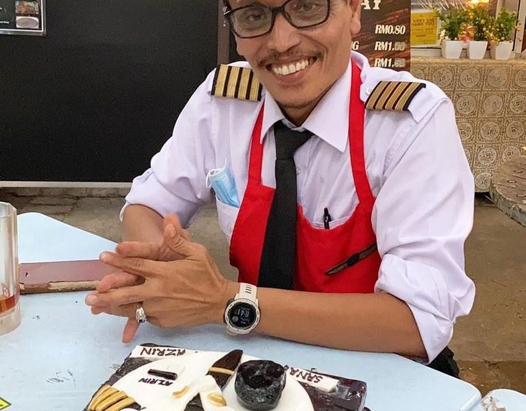 कोरोना में गई नौकरी तो यूनिफार्म पहनकर खाना बेचने लगा पायलट