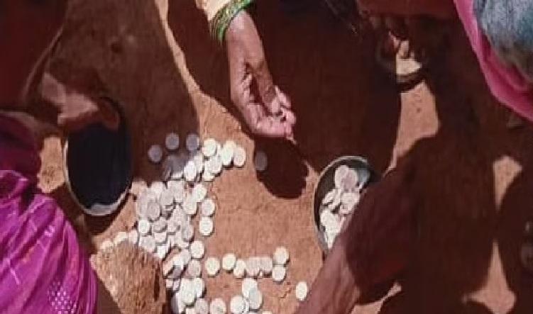 गांव के निवासियों के हाथ लगा कुबेर का खजाना, जमीन से निकलने लगे चांदी के सिक्के