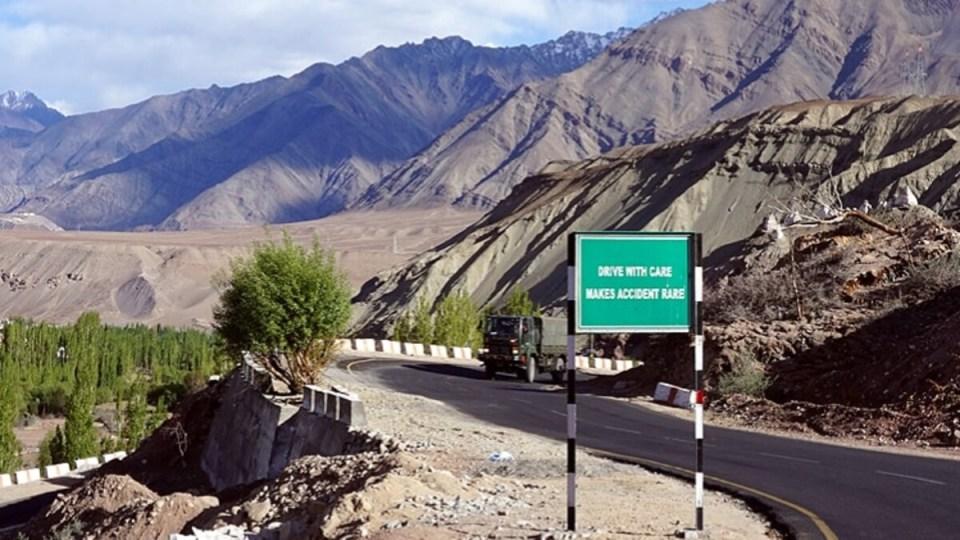चीन ने बनाया बंकर, गांव भूटान में घुसकर तैयार किया किला, भारत के 'चिकन नेक' पर भी नजर