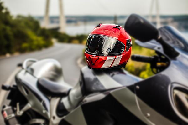 जानिए उस हेलमेट मैन की कहानी जो 2014 से बांट चुके इतने हेलमेट, आर्थिक मदद के साथ दुर्घटना बीमा भी देता