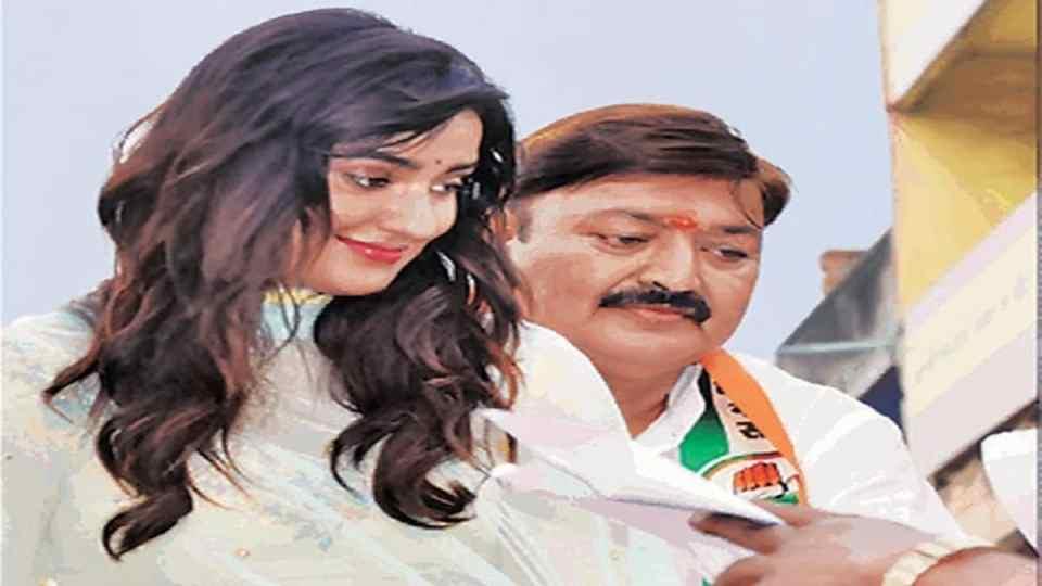 बिहार चुनाव 2020: पिता को जिताने के लिए मैदान में उतरी एक्ट्रेस, किया रोड शो
