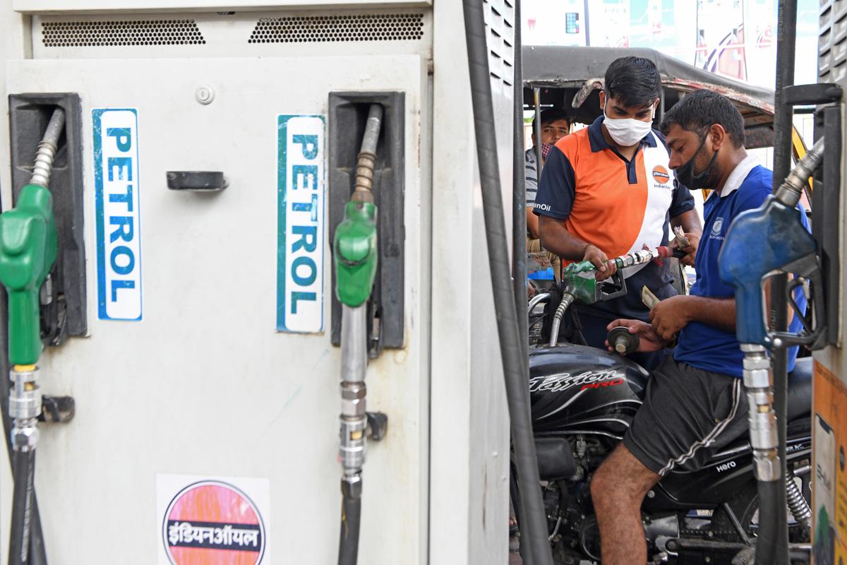 Petrol Diesel Price Today: आज फिर बढ़े पेट्रोल डीजल के दाम, शहर में इतनी बढ़ गई कीमत