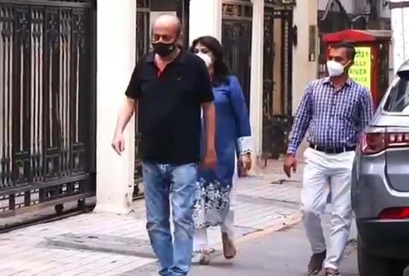 Riya Chakraborty's parents, who are out on bail in Sushant case, have to search for new house, the whole family is wandering