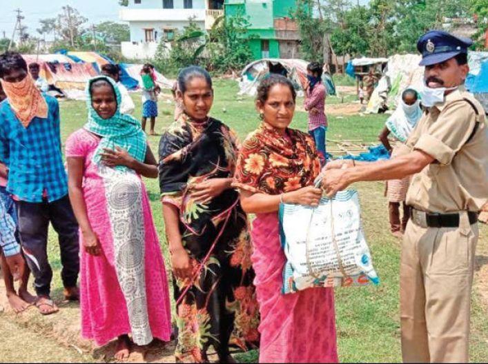 सलाम है इस रियल लाइफ हीरो को, कम वेतन में से 10 हजार बचा के गरीबों के लिए करता है रोटी कपड़ा का इंतेजाम
