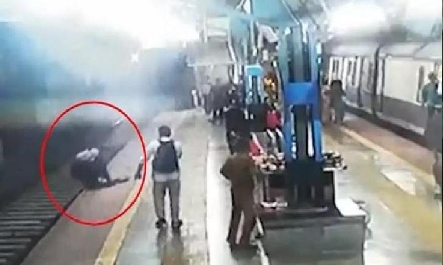 आरपीएफ जवान ने रेलवे ट्रैक पर कूद कर बचाई महिला की जान, देखें वीडियो
