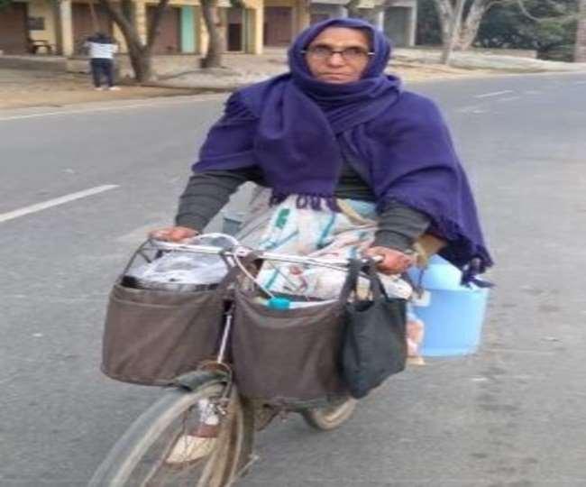62 साल की शीला बुआ साईकिल से घूमकर बेचती हैं दूध