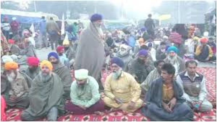 किसान आंदोलन, कंपकंपाती ठंड और बारिश में भी डटे रहे किसान, तीन की गई जान