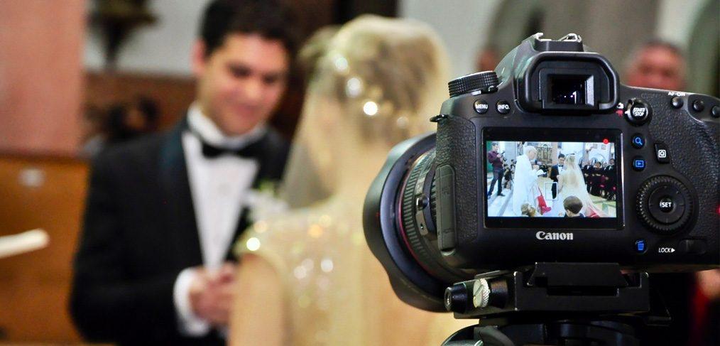 शादी में फोटोशूट के वक़्त दूल्हे ने कैमरामैन को जड़ा थप्पड़, दुल्हन हंसते-हंसते ही स्टेज पर लेट गई