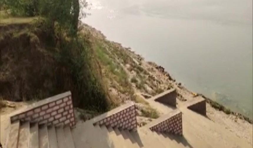 शर्मनाक: गंगा में तैरती दिखी 40 लाशें, कोरोना से मौत के बाद जानवर नोचते आए नजर
