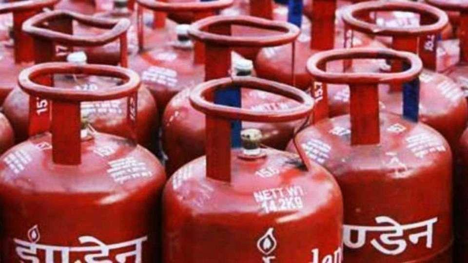 Lpg Cylinder Subsidy: खाते में नहीं आ रहे सब्सिडी के पैसे तो घर बैठे करें ये काम, आने लगेंगे पैसे