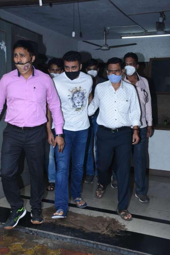 In Pics: &Quot;क्या से क्या हो गये?&Quot; जेल से बाहर आते ही रो पड़े राज कुंद्रा, मीडिया को देखते ही छुपाने लगे चेहरा