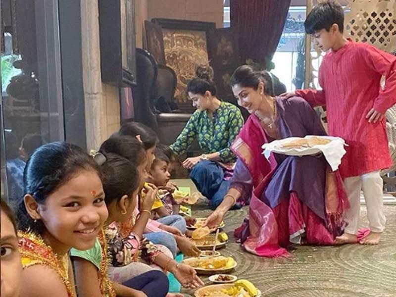 नवरात्रि में शिल्पा शेट्टी ने किया कंजक पूजा, कन्याओं को हाथ से खिलाया हलवा पुरी