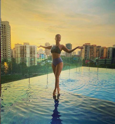 सनी लियोनी ने एक बार फिर बिकिनी में दिखाया हॉट फीगर, स्विमिंग पूल में नहाती आईं नजर