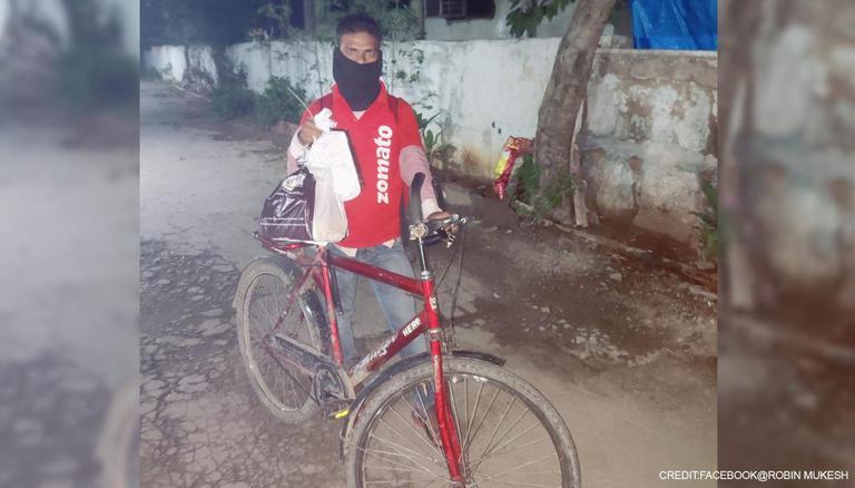 9 किलोमीटर दूर खाना डिलीवर करने साइकिल से पहुंचा डिलीवरी ब्वॉय, कस्टमर ने गिफ्ट कर दी बाइक