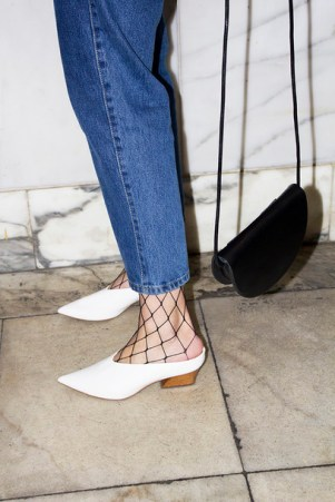 9sdmuj-l-610x610-oliviakijo-blogger-shoes-tumblr-tights-net+tights-fishnet+tights-white+babouches-babouches-pointed+toe-white+shoes-mules-jeans-denim-blue+jeans-bag-black+bag