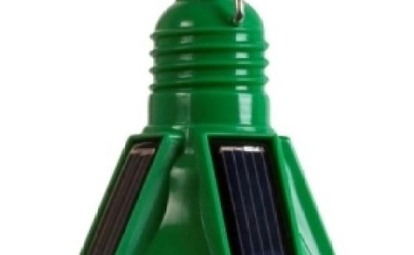 Bombilla hecha de plástico y que funciona a base de energía solar