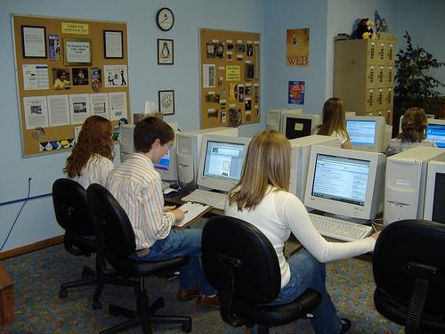 Estudiantes usando Internet