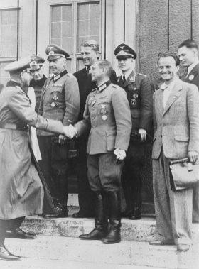 Von Braun y el resto del equipo del centro de desarrollo de misiles con el jefe del ejército
