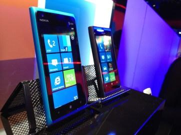 Nokia Lumia 900 vs Lumia 800