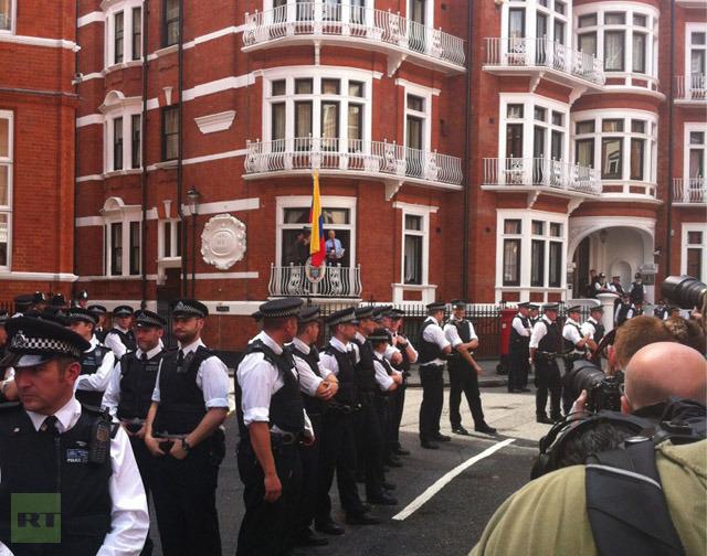 Gran despliegue de policías en las afueras de la embajada de Ecuador en Londres