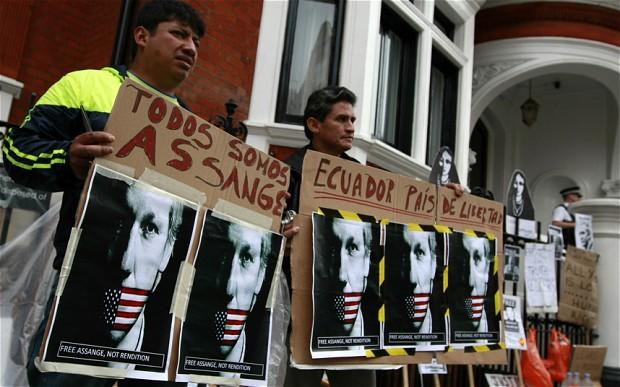 Manifestantes a las puertas de la embajada