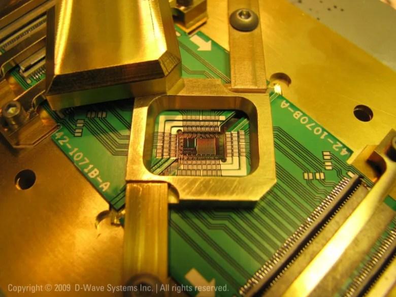 128 qubit Superconducting Adiabatic Quantum Processor in chip holder - Google abrirá un laboratorio de inteligencia artificial basada en computación cuántica