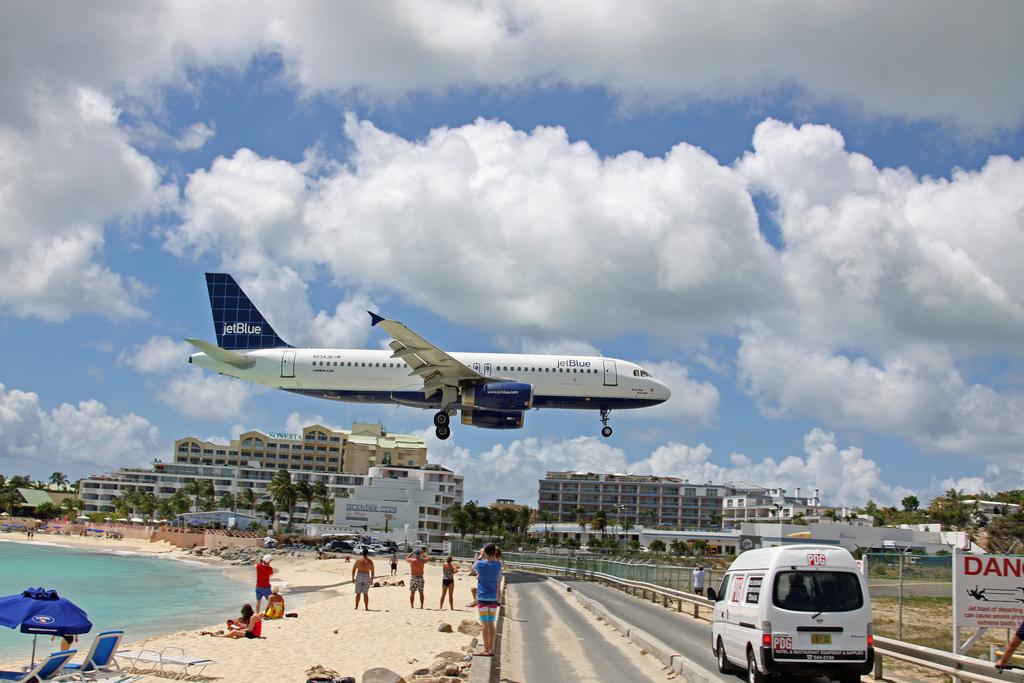 Avion aterrizando en St. Maarten