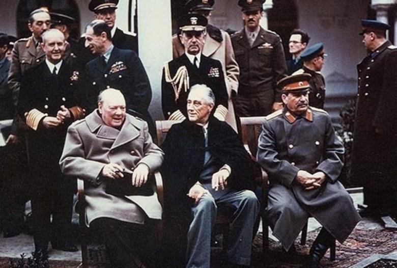 Churchill, Roosevelt y Stalin, en la posterior Conferencia de Yalta. <a href=