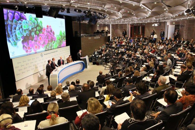 Conferencia sobre nuevos medicamentos en Bayer, Leverkusen.