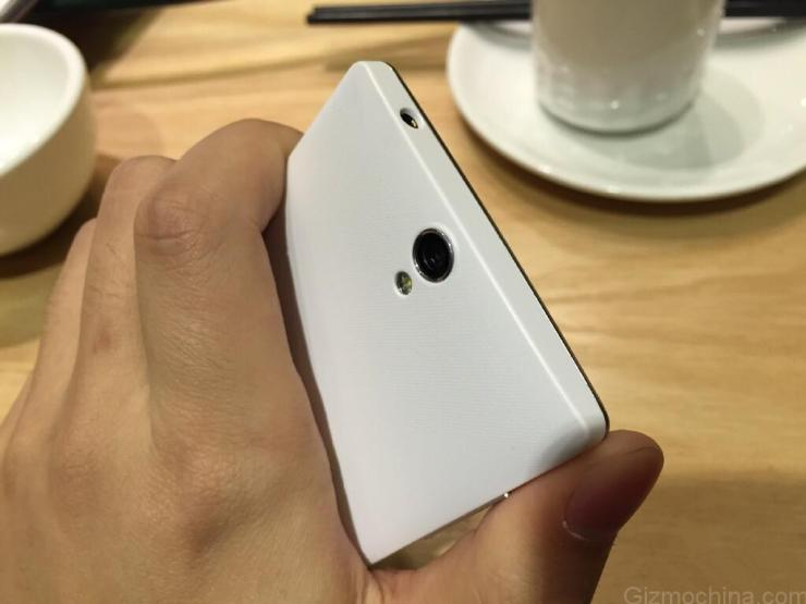 El diseño no es tan fino y estilizado como el OnePlus One original. Tiene un acabado más propio de la gama media.