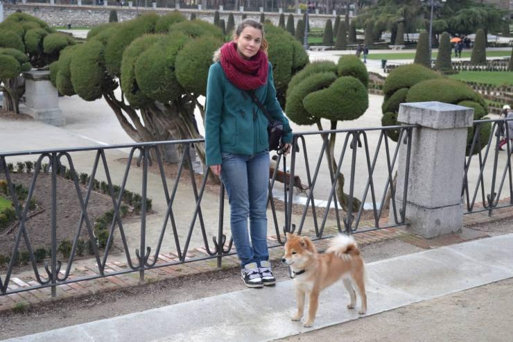 Loly con su perra Sakura.