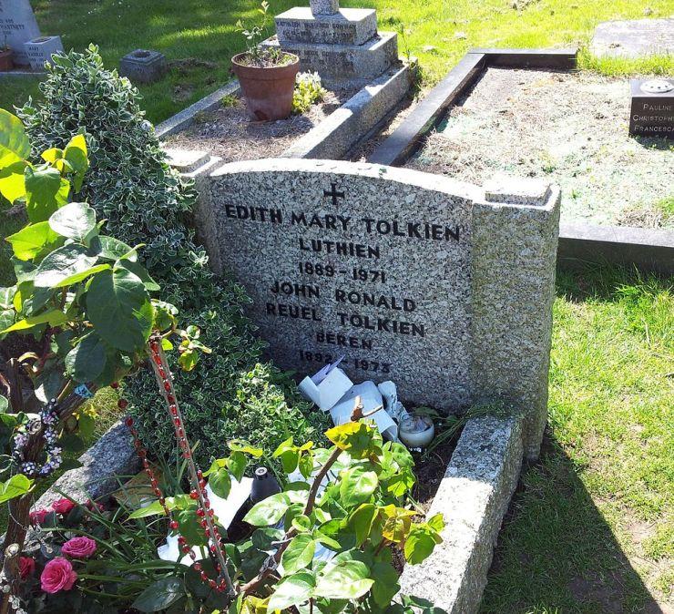 Tumba donde se encuentran los restos de Tolkien y de su mujer. <a href=