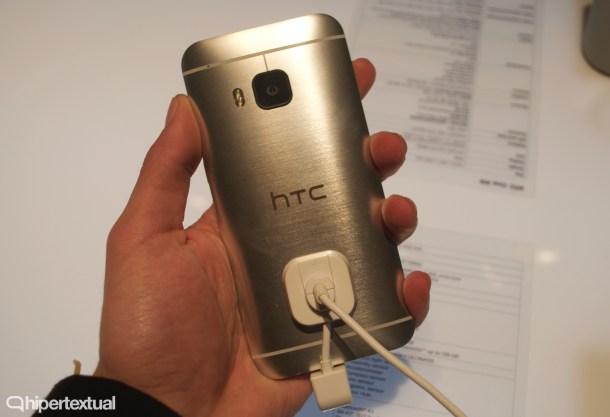 La zona trasera permanece prácticamente intacta respecto al HTC One M8. Mismo metal cepillado y suave.