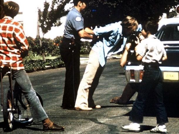 """Falsa detención, con policías reales, de los prisioneros. La """"visita"""". Foto de Philip Zimbardo, vía <a href="""