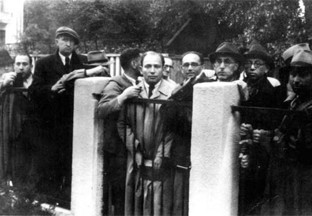 Refugiados judíos esperando por visados en la embajada en Kaunas. <a href=